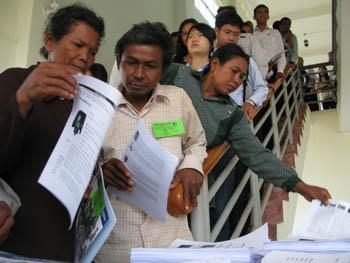 Le public attrape à la sortie du tribunal tous les documents qui sont mis à sa disposition. (Anne-Laure Porée)