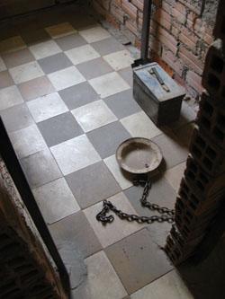 Une des cellules individuelles de S21. Les prisonniers y urinaient dans un bidon et faisaient leurs besoins dans une boîte à munitions. (Anne-Laure Porée)