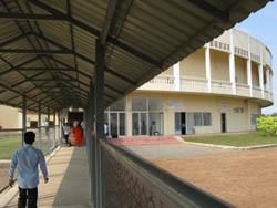Un couloir grillagé mène à un escalier qui monte à l'entrée de la salle d'audience. (Anne-Laure Porée)