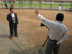 Les journalistes font leurs interventions en direct depuis l'espace ouvert, devant la salle d'audience. (Anne-Laure Porée)