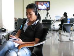 En salle de presse, il est possible d'enregistrer le son, les images et photographier les écrans qui retransmettent les débats. (Anne-Laure Porée)