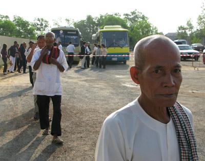 Le public arrive en bus au tribunal, souvent à l'invitation du tribunal lui-même ou d'ONG. (Anne-Laure Porée)