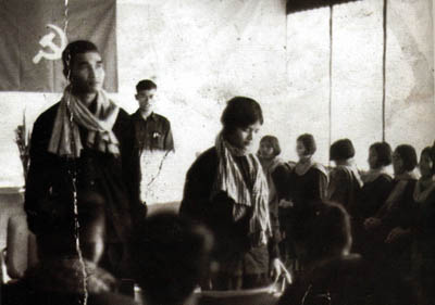 """Photo du mariage de Huy Sraé, adjoint de Duch qui avait sous sa responsabilité S24, avec Khoeun qui devint interrogatrice à S21. Dans l'ouvrage réalisé par le DC-Cam pour les classes cambodgiennes sur l'histoire du Kampuchéa démocratique, cette image est simplement légendée """"mariage khmer rouge"""". (DC-Cam)"""