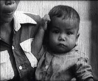 """Le bébé sauvé à S21. Image également extraite du documentaire """"Les enfants du Cambodge"""". (Direction du cinéma du Cambodge)"""