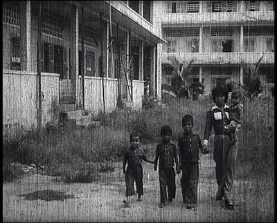 """Dans le film documentaire Les enfants du Cambodge, tourné par la Direction du cinéma cambodgienne après la chute du régime des Khmers rouges (la date précise est inconnue), une séquence présente quatre enfants passant devant le bâtiment C de S21 avec une accompagnatrice. Le commentaire en khmer explique : """"Ce sont les quatre enfants survivants de la prison Tuol Sleng sauvés le 7 janvier 1979, qui est le jour de la libération totale de Phnom Penh. Le petit Lach, 8 ans, Phal, 10 ans, le petit Rom, 4 ans et la petite dernière qui n'a que sept mois et dont personne ne connaît le nom. L'armée de libération l'a surnommée Makara [qui est le nom du mois de janvier en khmer"""". (Direction du cinéma du Cambodge)"""