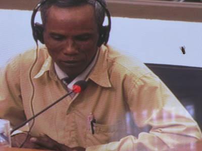 8 juillet : deuxième jour au tribunal pour Phork Khon photographié ici sur l'écran de la salle de presse. (Anne-Laure Porée)