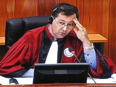 Le juge Jean-Marc Lavergne embrouillé par les explications confuses de Duch et du témoin. (Anne-Laure Porée)