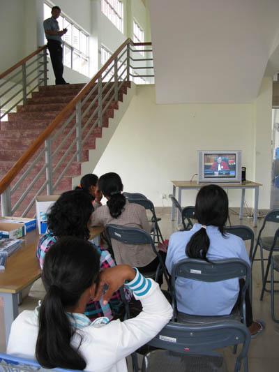 De nombreux villageois assistent à l'audience. Ceux qui ont vécu le régime khmer rouge sont offusqués par les propos du témoin. (Anne-Laure Porée)