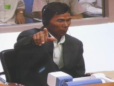 Oui Him Huy a bien été transféré dans les rizières autour de Prey Sâr. Il l'explique avec force gestes au juge Jean-Marc Lavergne après que Duch ait contesté ce fait, assurant que son subordonné était resté jusqu'au bout à S21. (Anne-Laure Porée)