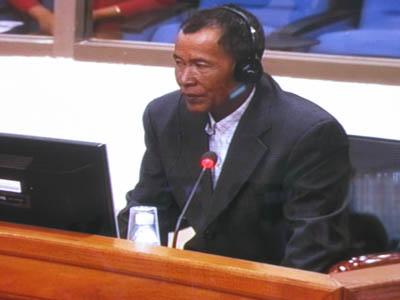 Ce regard est tourné vers Duch quand le juge Jean-Marc Lavergne demande à Prak Khân s'il le reconnaît. Duch le lui rend-il ? Impossible de le savoir à l'écran puisque l'équipe audiovisuelle, toujours aussi réactive, ne filme pas l'accusé à ce moment-clé. (Anne-Laure Porée)