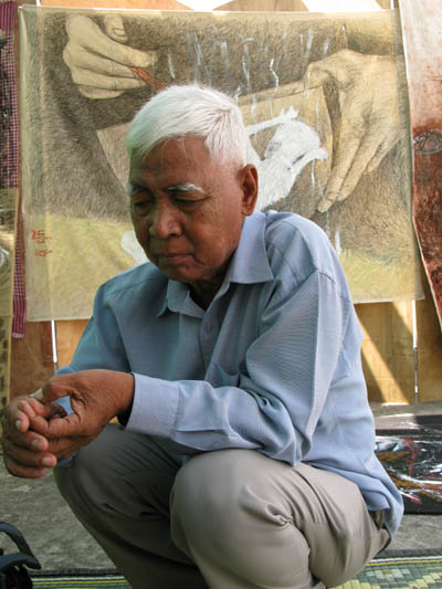 Vann Nath photographié lors d'un atelier avec de jeunes artistes cambodgiens et Séra au centre Bophana en janvier 2009. (Anne-Laure Porée)