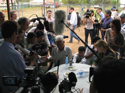 Le survivant assailli par la presse le jour de l'ouverture du procès de Duch, le 17 février 2009. (Anne-Laure Porée)