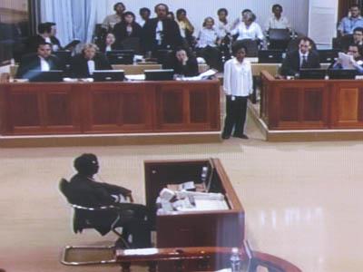 Nam Mon, debout attendant le verdict du témoin. Non, il ne la reconnaît pas. (Anne-Laure Porée)