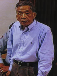 Duch travaille sur la biographie de Chhun Phal. (Anne-Laure Porée)