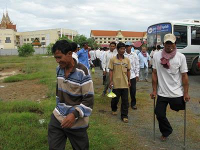 Les habitants de la commune de Preasbatcheanchum arrivent vers 8 heures au tribunal après deux à trois heures de route. (Anne-Laure Porée)