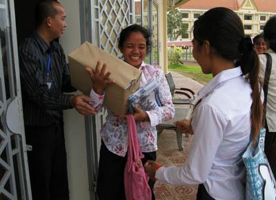 Les professeurs repartent avec des cartons de livrets sur le tribunal. (Anne-Laure Porée)