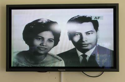 Une série de photographies parmi lesquelles celle de Phung Ton et sa femme font la transition entre la déposition de la femme et la déposition de la fille du professeur. Six mois après le début du procès, le problème du reflet blanc sur les images n'a toujours pas été résolu ! (Anne-Laure Porée)