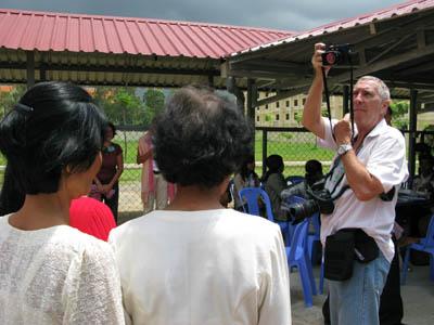 Le photographe a moins de dix minutes pour photographier les parties civiles au procès numéro 2 qui sont de passage au tribunal. (Anne-Laure Porée)