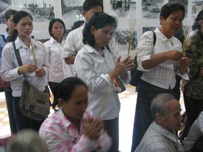 Les parties civiles ont prié ensemble pour l'âme des morts. Certains se sont effondrés en déposant leur encens. Les photographes rapaces s'en sont donnés à coeur joie ! Gros plan sur l'émotion. Heureusement, à Choeung Ek, l'hommage s'est fait dans l'intimité. (Anne-Laure Porée)