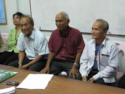 Chum Mey, en chemise rouge, a été élu ce dimanche 13 septembre président de l'Association des victimes du régime khmer rouge. Il sera épaulé par Chum Sirath assis à sa droite et par Bou Meng, survivant de S21 assis à sa gauche. Sunthary Phung Guth (à gauche) est nommée trésorière. (Anne Laure Porée)