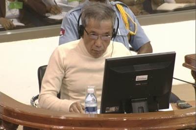 Lundi 23 novembre 2009, le jour où les avocats des parties civiles plaident, Duch paraît habillé d'un pull blanc immaculé. (Photo ECCC)