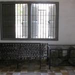 Au musée Toul Sleng, les anciens bustes à l'effigie de Pol Pot ont été placés derrière des grilles parce qu'ils étaient dégradés par les visiteurs. A côté : les barres auxquelles étaient attachés les détenus, symbole de l'oppression khmère rouge. (Anne-Laure Porée)