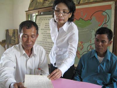 Sunthary Phung-Guth, entre l'ancien interrogateur Prak Khân (à gauche) et l'ancien chef de gardes Him Houy. Un face-à-face tendu. (DR)