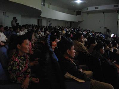 Le public a réagi vivement aux images d'archives de la propagende khmère rouge, aux images d'archives montrant les charniers de Chœung Ek après la chute du régime mais aussi aux peintures de Vann Nath, rescapé de S21. (Anne-Laure Porée)