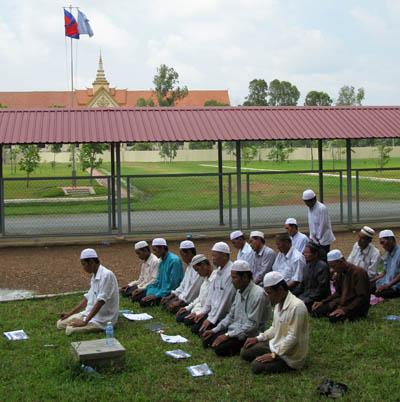 Le 17 août 2009, un groupe de Chams venu assister au procès de Duch entame sa prière après les ablutions de rigueur. Le splus hauts dirigeants khmers oruges encore en vie viennent d'être inculpés de génocide contre ces Cambodgiens musulmans. (Anne-Laure Porée)