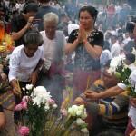 Pendant que les familles des victimes se réunissent autour d'une cérémonie bouddhique, Duch rencontre son pasteur chrétien. (Anne-Laure Porée)