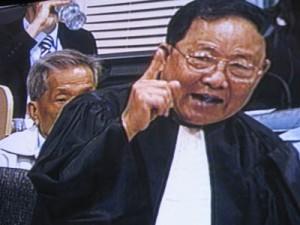 Kar Savuth plaide la libération de son client mais son collègue plaide les circonstances atténuantes et une peine réduite au deuxième jour. Un air de déjà vu. (Anne-Laure Porée)