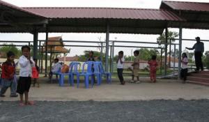 Les jeunes qui n'ont pas vécu le régime khmer rouge sont beaucoup plus réceptifs au discours de Nuon Chea que leurs aînés. Dans dix ou vingt ans, quelle version de l'histoire retiendront ces enfants qui accompagnent aujourd'hui leurs parents au tribunal et les attendent dans la cour ? (Anne-Laure Porée)