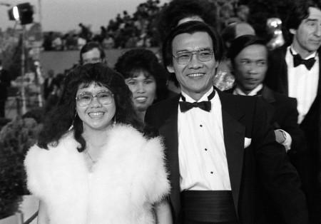 Mars 1985. Pour son premier rôle au cinéma, Haing Ngor reçoit l'Oscar du meilleur second rôle masculin. Il arrive ici accompagné de sa nièce. (PROD)