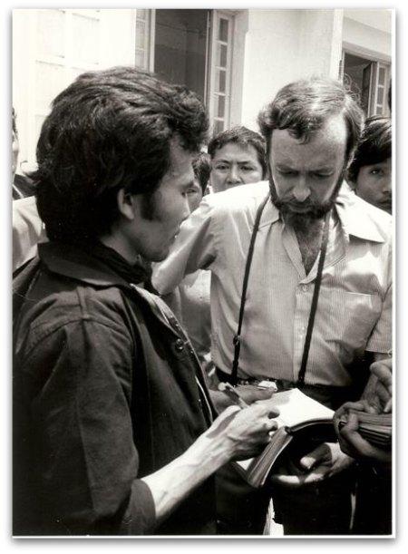 Hem Keth Dara discutant avec le journaliste américain Sydney Schanberg, correspondant du New York Times. Les deux hommes sont photographiés par Dith Pran.